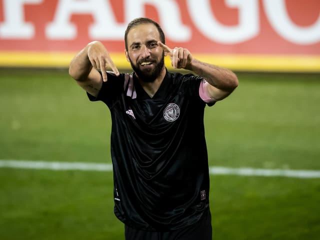 Gonzalo Higuain jubelt auf dem Feld.
