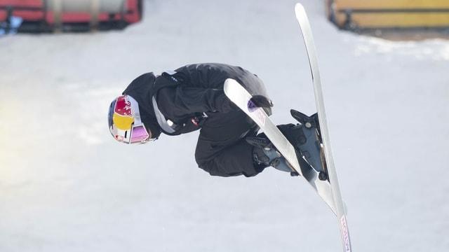 Ina skiunza che fa in salto en l'aria.