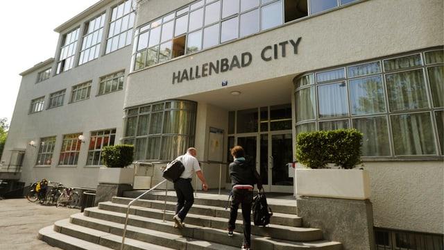 Der Eingang des Hallenbad City in Zürich.