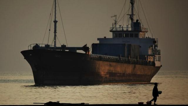 Ein Frachter im Morgengrauen.