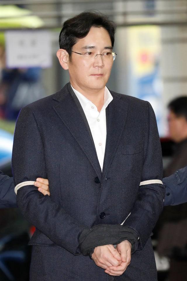 Jay Y. Lee mit zusammengebundenen Händen.
