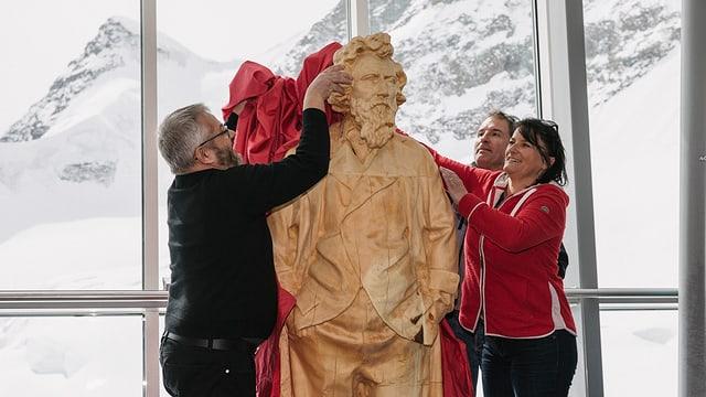 La figura da lain da l'artist Giovanni Segantini vegn inaugurada.
