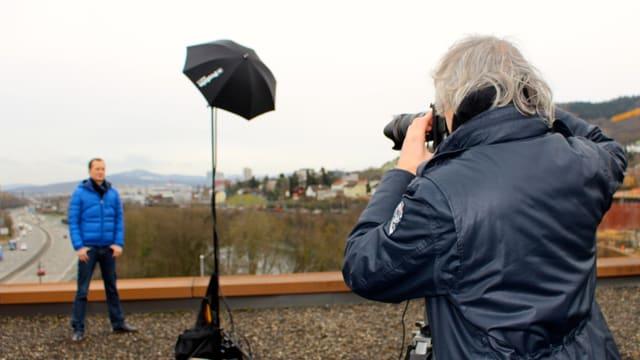Fotograf Oscar Alessio macht Fotos von Moderator Michael Weinmann auf dem Dach der Raststätte Würenlos.