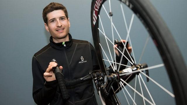 Johan Tschopp posiert mit einem Strassenrad