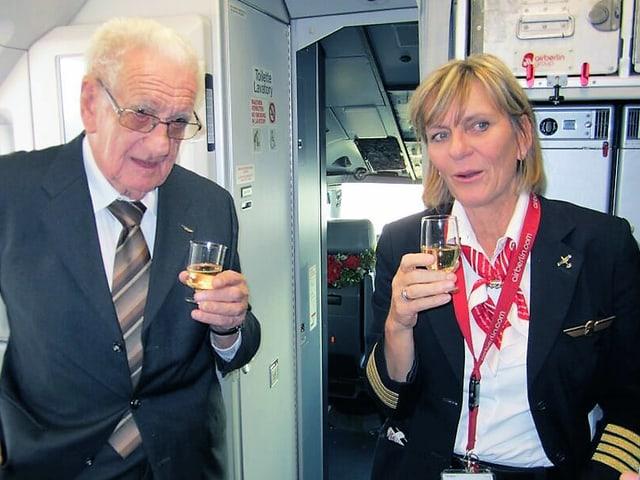 Regula Eichenberger mit ihrem Vater im Flugzeug