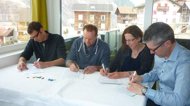 Rico Tuor, David Deplazes, Cecilia Maissen-Desax ed André Schmid (da seniester) suttascrivan la cunvegna da prestaziun per l'Academia Vivian.