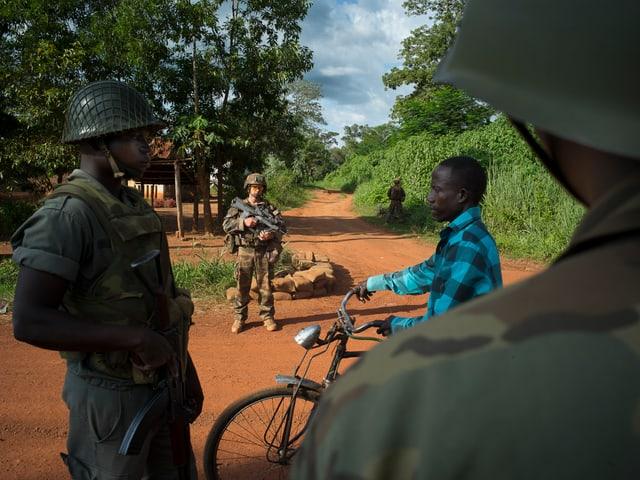 Eine Patrouille in den Strassen von Bambari.