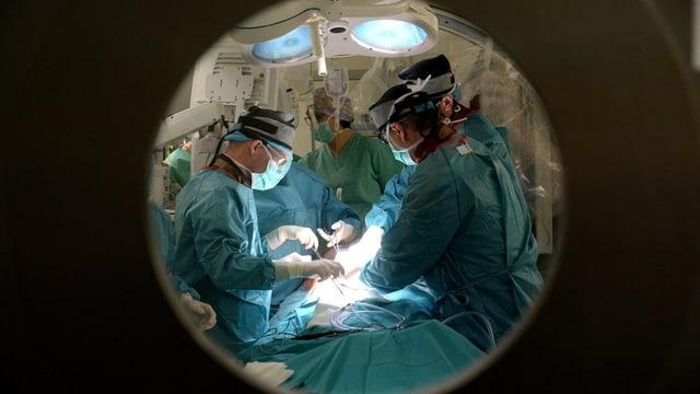 Chrirurgen beim Operieren