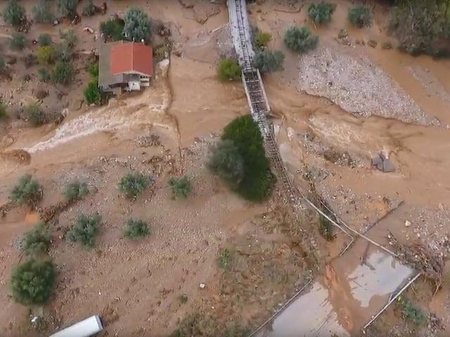 Eine überflutete Landschaft inklusive einer zerstörten Eisenbahnlinie.