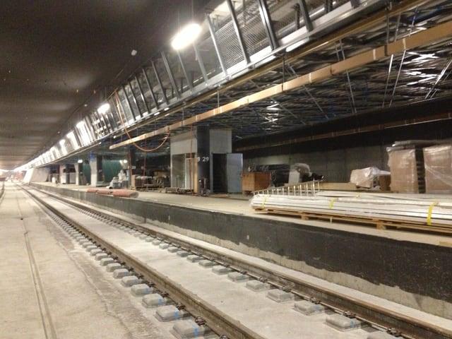 Der 500 Meter lange Perron des unterirdischen Bahnhofs im Rohbau.