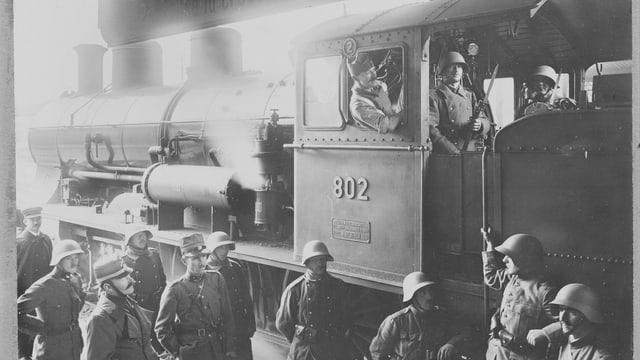 Eine Lokomotive wird während des Landesstreiks besetzt