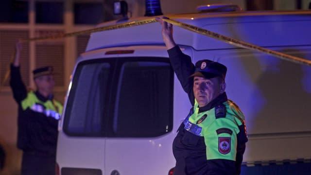 Zwei Polizisten machten die Durchfahrt für ein Polizeiauto frei.