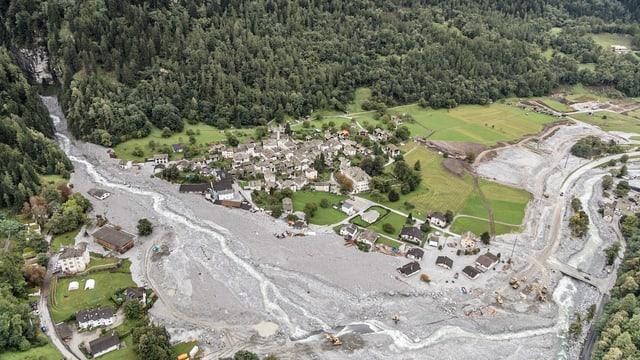 Geröllmassen überschwemmen Dorf