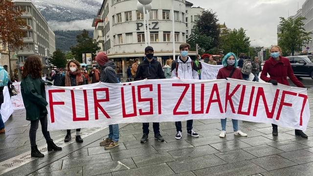 Giuvenils vid protestar per il clima.
