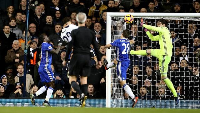 Dele Alli bezwingt – erneut mit dem Kopf – Chelsea-Goalie Thibaut Courtois.