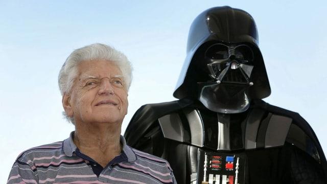 Ein Mann neben einer Darth-Vader-Figur.