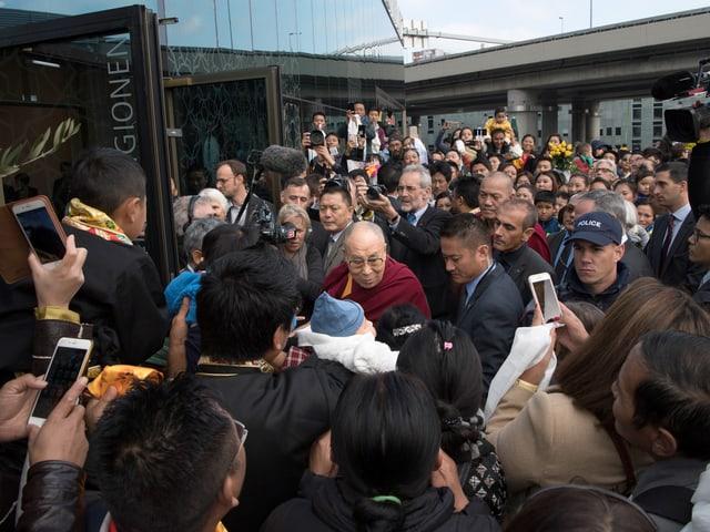 Viele Menschen wollten den Dalai Lama sehen, als er letzte Woche in Bern war.