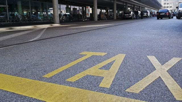 Schriftzug «Taxi» am Boden.
