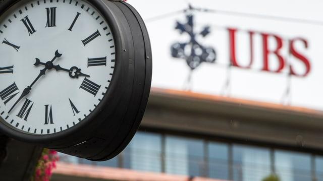 Ina ura davos il loga da la banca UBS.