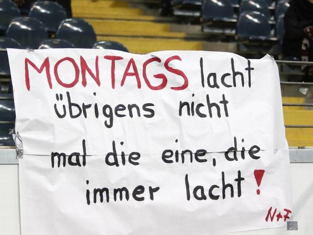 Fans protestieren mit Plakaten gegen das Montagsspiel.