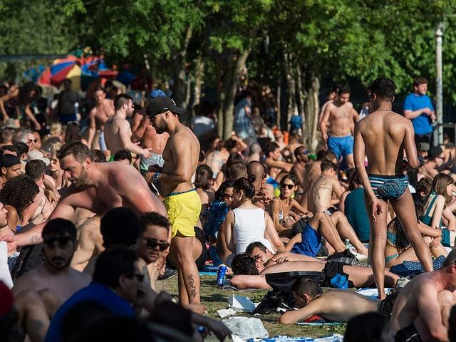 Menschen drängen sich auf dem Rasen der Letten-Badi in Zürich