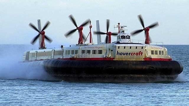 Ein Luftkissenboot flitzt übers Wasser