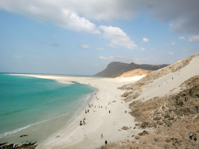 Ein langer Sandstrand an der Küste Socotras am Meer.