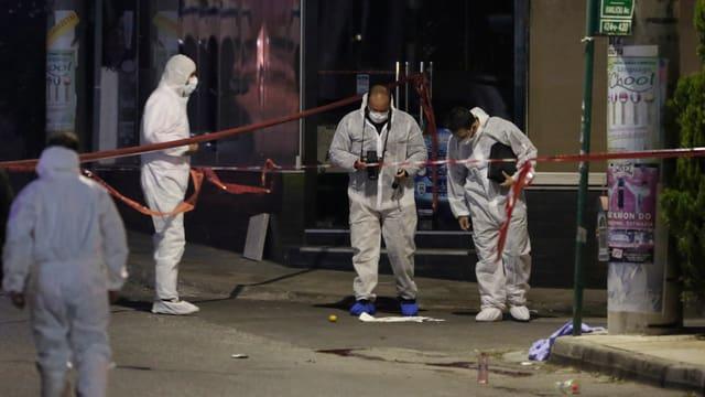 Anti-Terroreinheiten der griechischen Polizei während ersten Untersuchungen am Tatort.