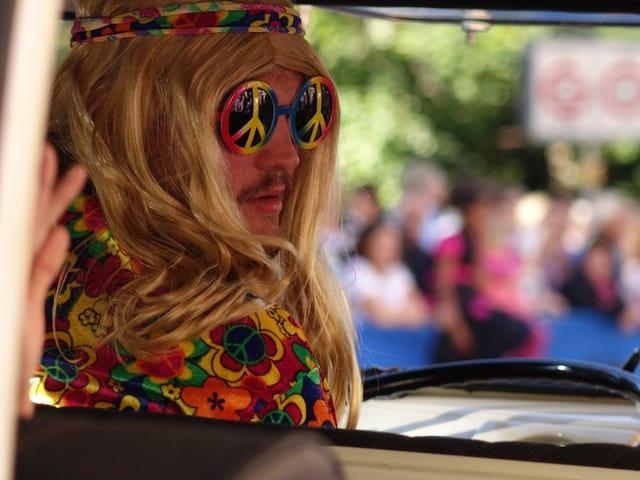 Hippie im VW-Bus.