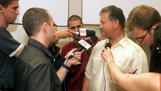 Eichhof-Heimleiter Urs Hess umringt von Journalisten.