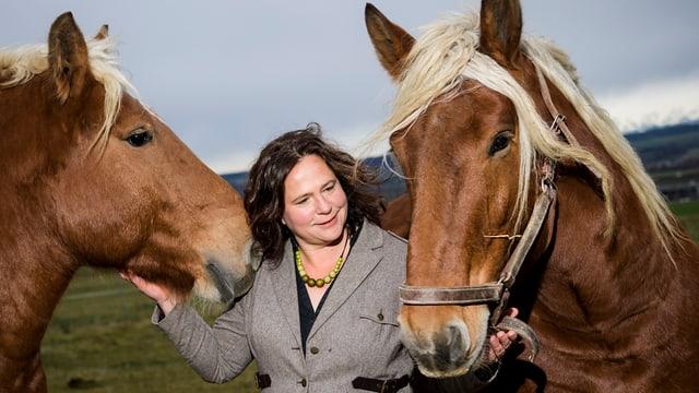 Sylvie Bonvin-Sansonnens mit zwei Pferden.