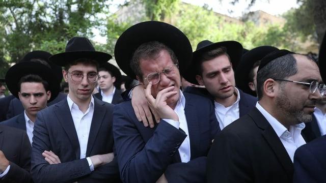Trauernde orthodoxe Juden an Begräbnis