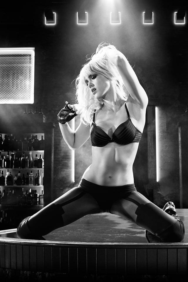 Eine Frau tanzt verführerisch und sexy.