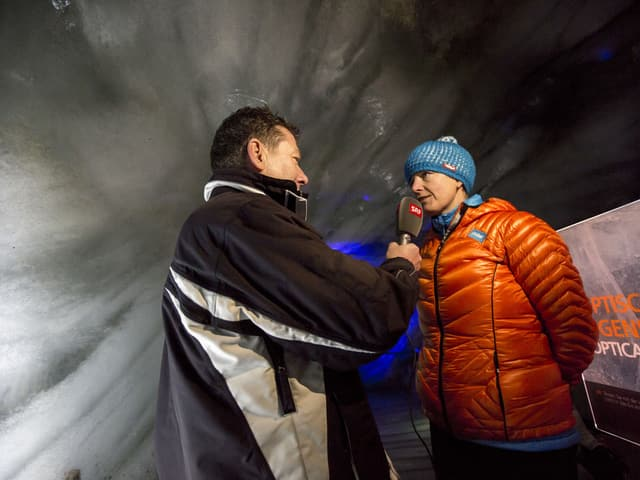 Peter Pöschl  SRF, interviewt eine Expertinn für Natureis, in einer künstlich angelegten Gletscherhöhle.