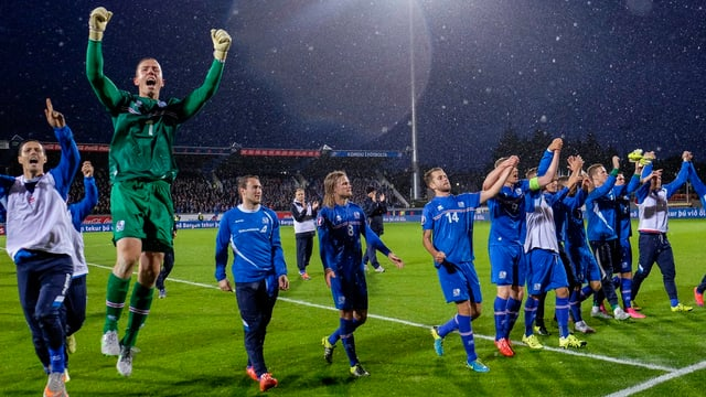 Islands Nationalspieler feiern die EM-Qualifikation.