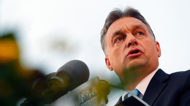 Viktor Orbán bei einer Eröffnung am Mikrofon.