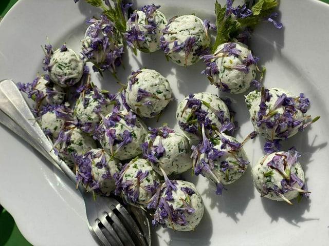 Frischkäse-Bällchen mit Gundermann-Blüten