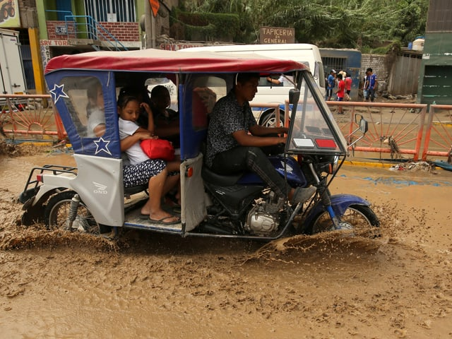 überflutete Strasse, Menschen in Rikscha