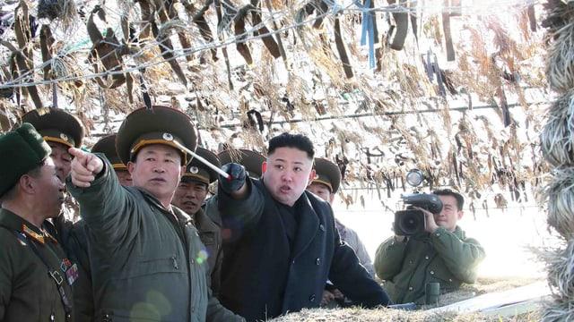 Der nordkoreanische Diktator Kim Jong Un im Gespräch mit seinen Generälen.