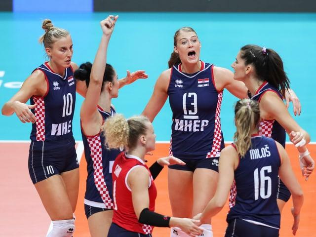 Kroatiens Volleyballerinnen feiern einen Punktgewinn.