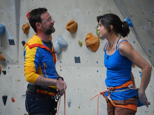 Kletterin Nina Caprez und Nik Hartmann in der Kletterhalle.