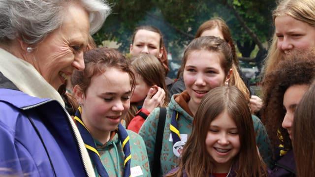 Prinzessin Benedikte von Dänemark umringt von Luzerner Pfadi-Mädchen .