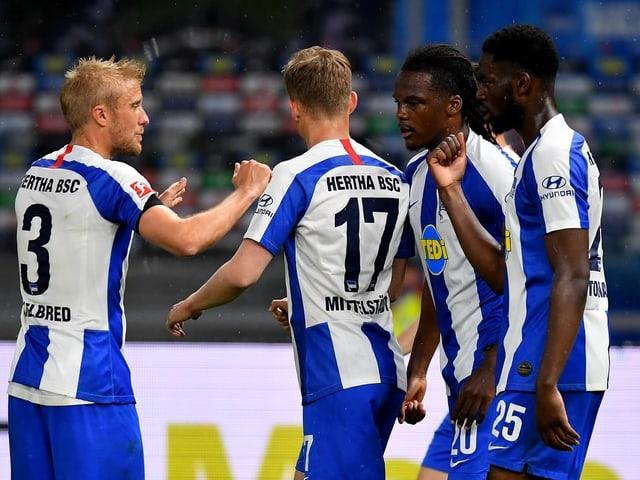 Die Hertha-Spieler freuen sich über den Sieg.