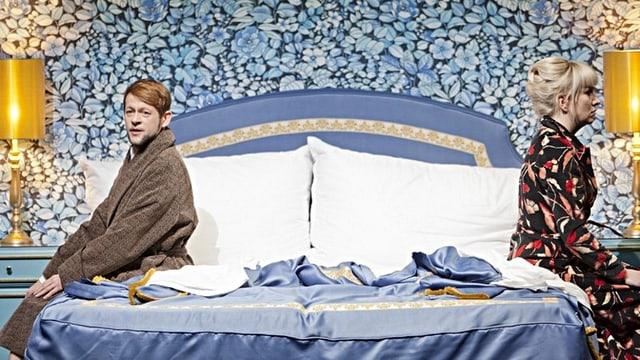 Doppelbett, darauf Michael von der Heide und Tora Augestad, singend.
