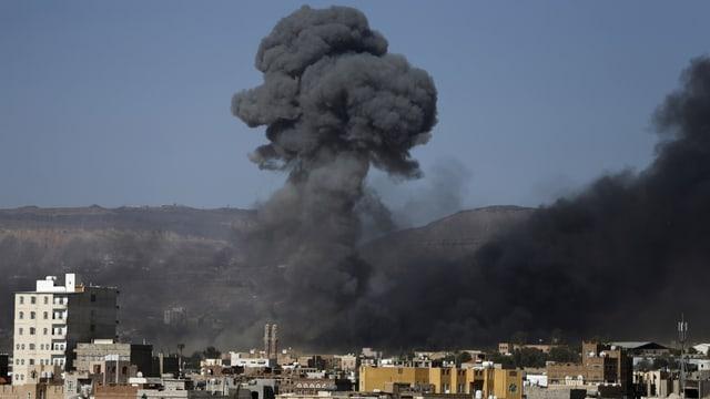 Eine Rauchwolke steigt nach einem Luftangriff über der jemenitschen Stadt Sanaa auf