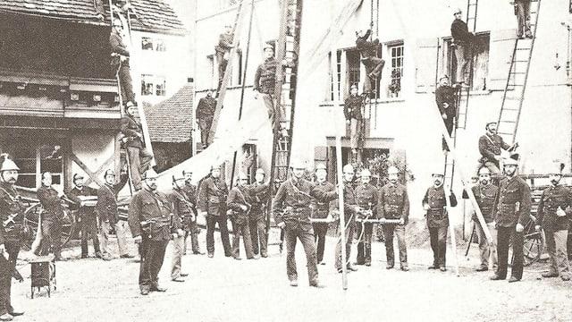 Historisches Bild mit Feuerwehrleuten auf Leitern