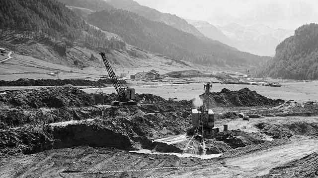 Fotografia en alv e nair, da las lavurs vid il mir dal Lai da Murmarera