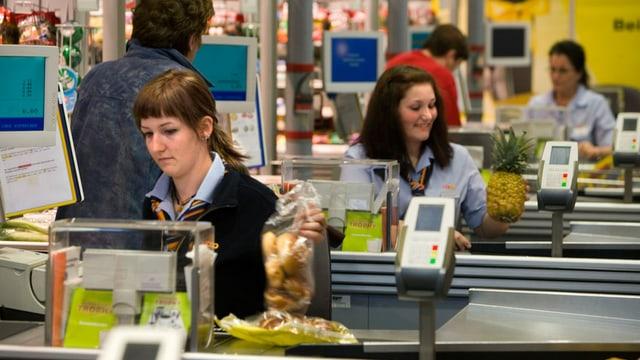 Drei Kassiererinnen bei der Arbeit