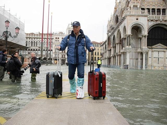 Tourist mit Koffern auf Markusplatz