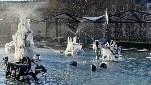 Am 11. Januar wurde der Tinguelybrunnen in Basel zur Eisskulptur.